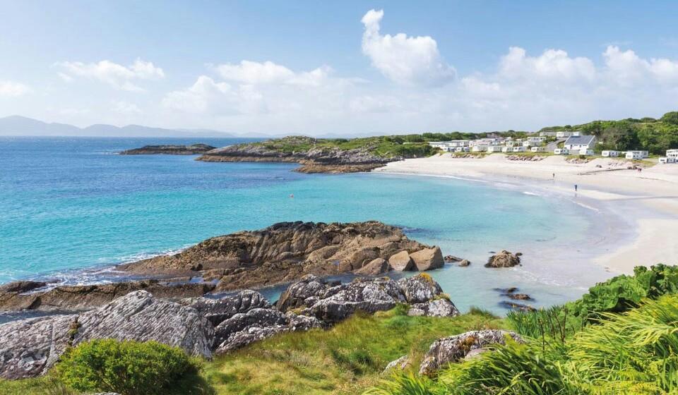 Caherdaniel (Irlanda) - Na península de Iveragh, no sul da Irlanda, poderá usufruir do circuito do 'anel de Kerry'. Este é um circuito turístico que apresenta algumas das praias mais belas, como é o caso da de Castlecove. Visite-a e tenha umas férias de sonho em terras célticas.