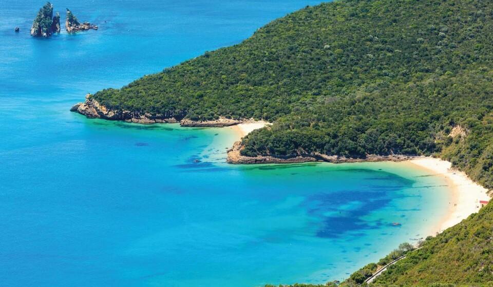 Galapinhos (Portugal) - Com uma natureza intocável, o Parque Natural da Arrábida oferece inúmeros pontos de interesse, de onde se destaca a praia dos Galapinhos. Este é um local muito apreciado, tanto pelos locais como pelos turistas que a elegeram como uma das melhores da europa. E foi eleita a melhor praia em 2017.