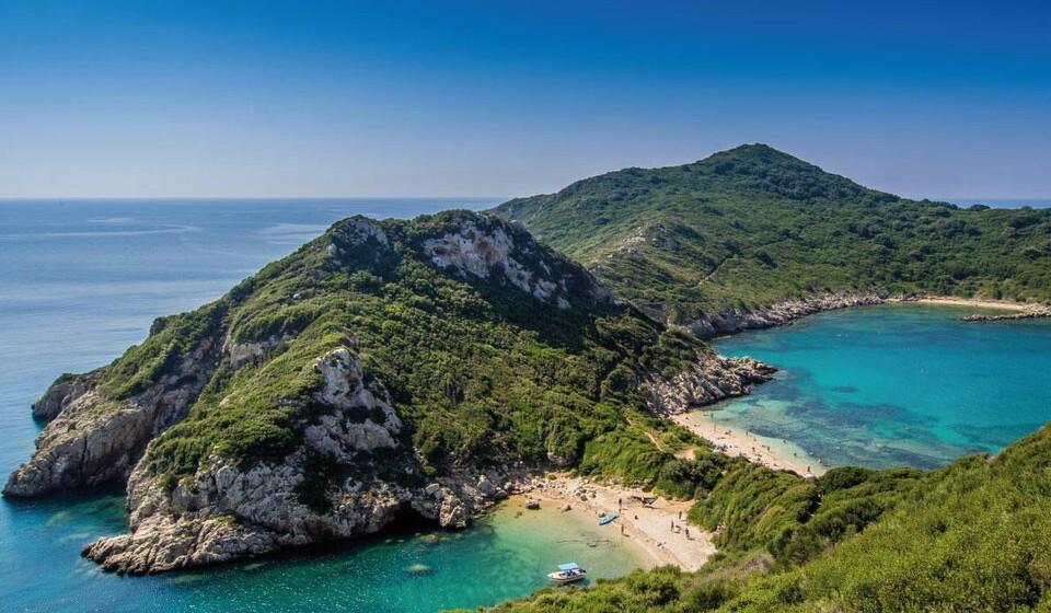 Corfu (Grécia) - Um dos principais spots da ilha de Corfu é a praia do Porto de Timoni, um verdadeiro paraíso na terra. Para além de ser uma praia belíssima, também vai poder aproveitar os muitos e bons restaurantes aqui existentes.