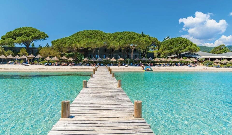 Córsega (França) - Aqui poderá encontrar a praia de Santa Guilia. Situada a poucos quilómetros de Porto-Vecchio e Bonifacio, a deslumbrante praia de Santa Guilia tem água azul turquesa e areia imaculadamente branca.