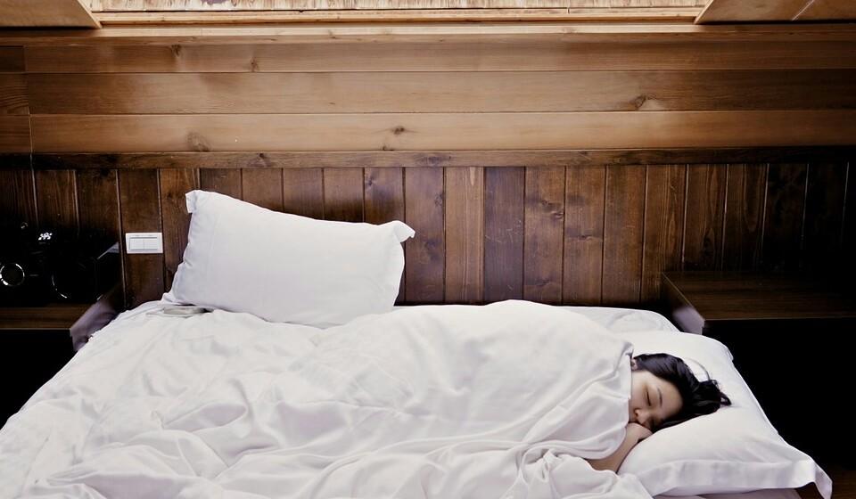 Durma mais - Mesmo que não acredite, dormir bem é de tal forma importante como fazer dieta ou exercício. O sono também pode afetar os nervos renais, que ajudam regular o equilíbrio de sódio e água. Um descanso adequado também pode ajudar o seu corpo a controlar os níveis de hidratação e minimizar a retenção de água.