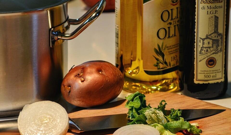O azeite virgem é uma excelente solução para cozinhar.