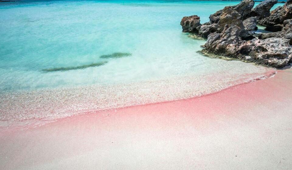 Elafonissi (Grécia) - A praia de areia rosa de Elafonissi, na ilha grega de Creta, tem águas quentes que a ajudam a ser um destino de férias único no mundo. Aliás, em todo o planeta existem poucas praias como a de areia rosa de Elafonissi.