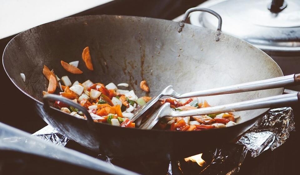 Para frituras, o azeite é a solução mais saudável, pois resiste mais ao calor do que outros óleos refinados. Logo dá para usar em mais utilizações.