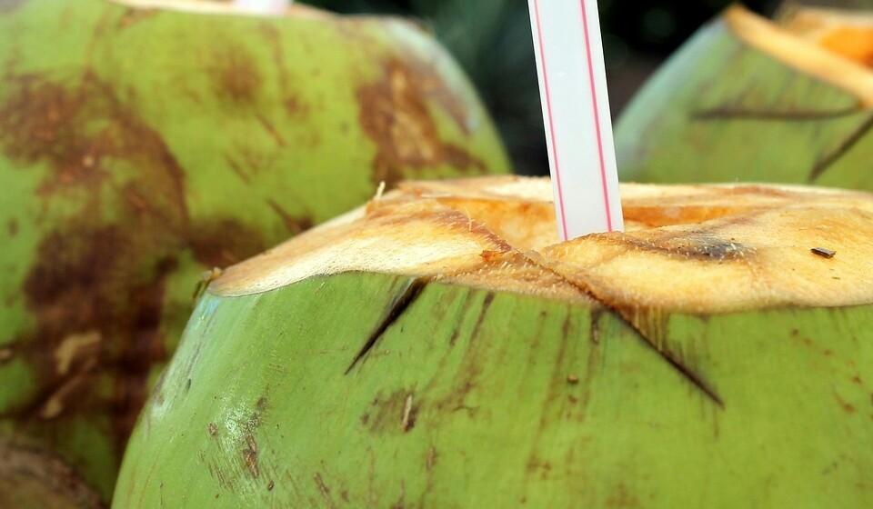 Água de coco - Água de coco é uma refrescante bebida que pode muito bem substituir as convencionais bebidas desportivas. Isto acontece porque os açúcares naturais fornecem mais energia durante o exercício físico. E se for servida bem gelada vai saber-lhe muito melhor. Para além de ser uma boa fonte de potássio, a água de coco é rica em magnésio, cálcio, sódio e manganês.