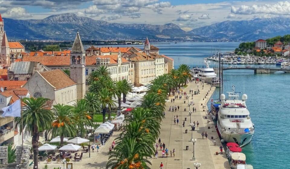 Ao escolher Trogir em vez de Dubrovnik, pode alcançar uma poupança de 34% no preço da sua estadia. Aqui pode encontrar um quatro duplo num hotel de três a quatro estrelas por 89€.