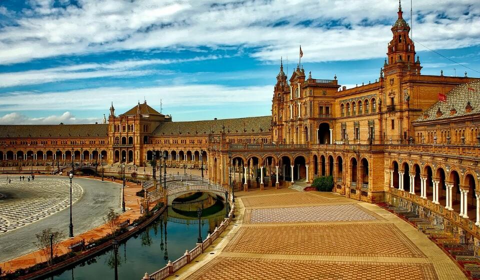 Ao escolher Sevilha em vez de Barcelona vão conseguir uma poupança de 30% no preço da sua estadia. Aqui pode encontrar um quatro duplo num hotel de três a quatro estrelas por 84€.