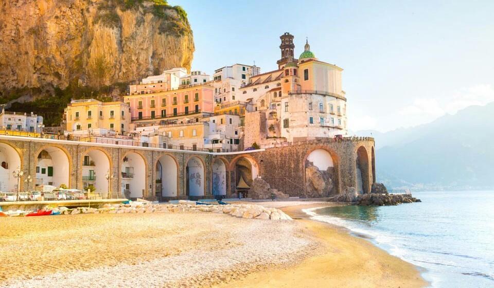 Atrani (Itália) - Bem perto de Nápoles fica a cidade de Atrani. Pode não ser tão conhecida como Positano ou Amalfi mas é igualmente bela e as suas águas dão vontade de mergulhar. Também poderá contar com a presença frequente dos barcos dos pescadores locais.