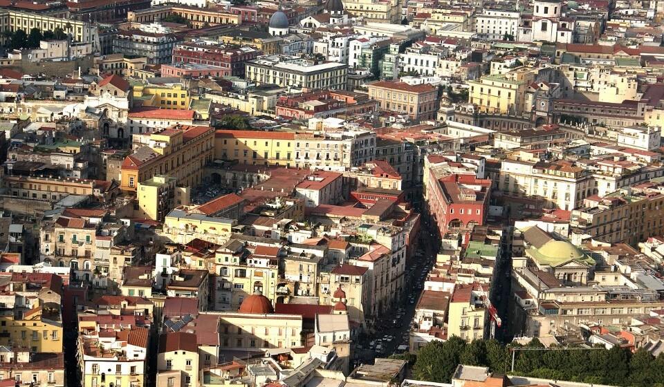 Itália: Se escolher Nápoles em vez de Roma, vai conseguir uma poupança de 2% no preço da sua estadia. Aqui pode encontrar um quatro duplo num hotel de três a quatro estrelas por 81€.