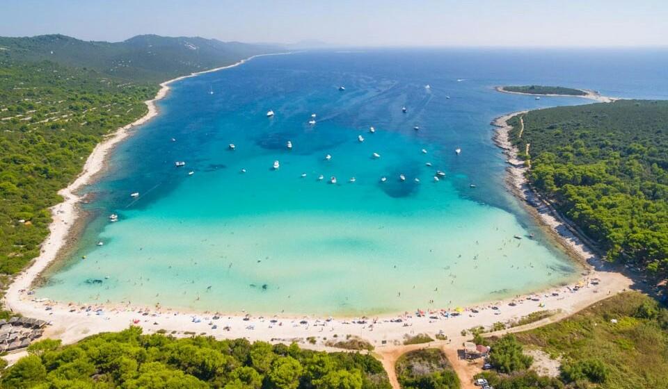 Sakarun (Croácia) - Com águas cristalinas e uma natureza de 'cortar a respiração', a praia de Sakarun, localizada no norte da ilha de Dugi Otok, é um local a visitar.