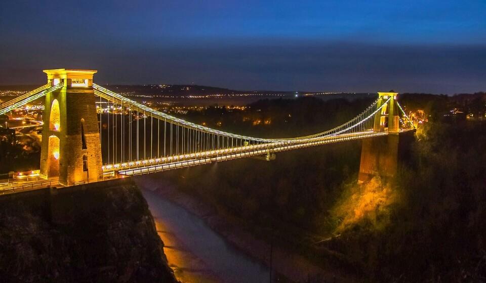 Inglaterra: Ao escolher Bristol em vez de Londres, vai poder alcançar uma poupança até 20% de poupança no preço da sua estadia. Aqui pode encontrar um quatro duplo num hotel de três a quatro estrelas por 102€.