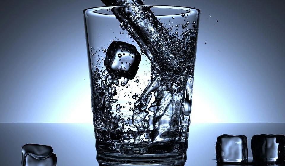 Beba mais água - Pode ser algo contraproducente, mas se estiver bem hidratado vai reduzir os seus níveis de retenção de água. Beber a quantidade diária certa de água pode ser bastante importante para os seus rins, e não só. Estudos demonstram que uma boa hidratação ajuda na perda de peso e na função cerebral.