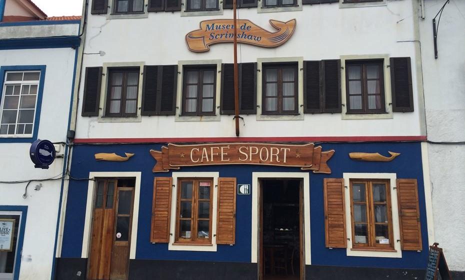 Visita obrigatório é ao Peter's Café. Mundialmente famoso entre os marinheiros, foi inaugurado em 1918 e é um ponto de encontro cosmopolita para pessoas de todas as esferas da vida, incluindo baleeiros, técnicos de telefone, marinheiros e até agentes secretos.
