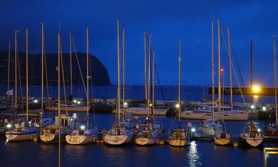 A Marina da Horta é o principal porto de recreio dos Açores. Esta marina é uma das mais movimentadas e famosas do mundo. É um ponto de ligação para as regatas internacionais. A superstição diz aos marinheiros para pintarem um mural no quebra-mar, a fim de obterem proteção divina durante o resto de sua viagem.