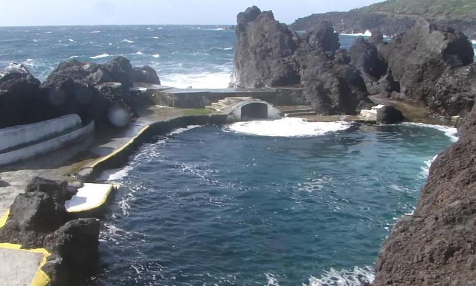 As piscinas naturais do Varadouro ficam na costa ocidental da ilha do Faial e apresentam uma água com uma temperatura bastante amena e uma paleta de cores impressionante.