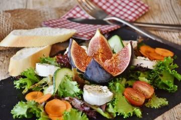 """O colesterol é algo que alarma sempre as pessoas, mas existem dois tipos de colesterol, o 'bom"""" e o 'mau'. Mas se quiser baixar os seus níveis de colesterol deve preferir alguns alimentos a outros. A plataforma de nutricionistas, Authorithy Nutrition, deixa algumas recomendações."""