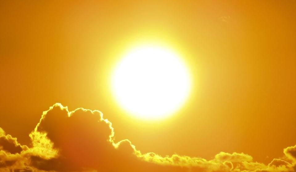 O calor é bom, mas em excesso pode trazer inúmeros malefícios. Veja como se pode proteger do calor com as recomendações da Direção-Geral da Saúde.