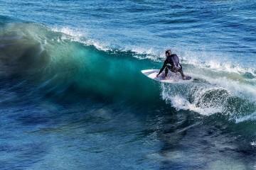 O verão pode estar quase a acabar, mas não as suas oportunidades para surfar. Portugal é um dos países europeus mais procuradas pelos amantes da modalidade e, para além das suas ondas perfeitas, em parte deve-se ao bom tempo que faz com que seja possível subir para a prancha quase todos os dias do ano. Para o outono, a momondo recomenda cinco spots a descobrir.