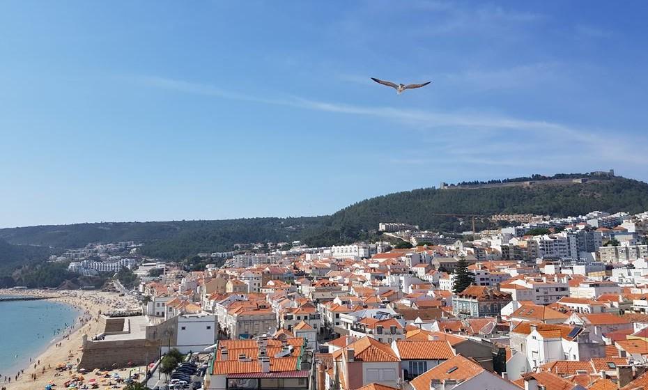 A vila, o castelo e o mar