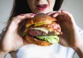 Come de uma forma compulsiva e não sabe o que fazer para parar? Nutricionistas da plataforma Healthline apresentam 15 dicas que vão fazer com que deixe de comer de uma forma descontrolada. Veja de seguida.