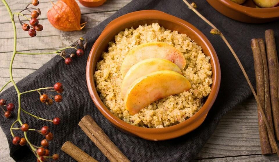 Quinoa - Esta semente, é cada vez mais conhecida, é comida como se fosse um grão, mas quando é cozida acaba por ser tornar num alimento rico em hidratos de carbono. Mas por outro lado é uma boa fonte de fibras, proteínas, minerais e compostos vegetais. A quinoa ajuda a controlar os níveis de açúcar e como não têm glúten tornou-se numa alternativa popular ao trigo.