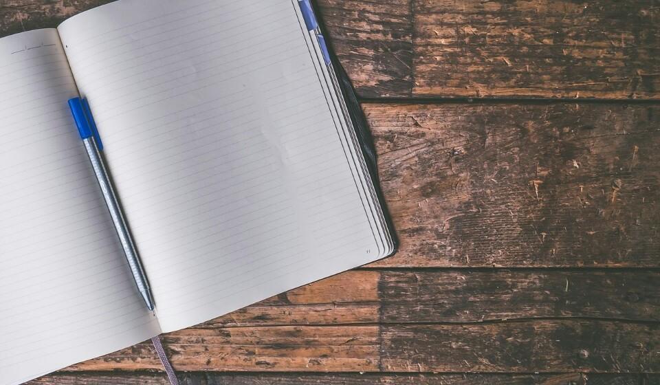 Tenha um diário - Neste diário registe tudo aquilo que come e o seu humor. Com este diário poderá entender potenciais gatilhos que levem a que coma demais e promover hábitos alimentares mais saudáveis.
