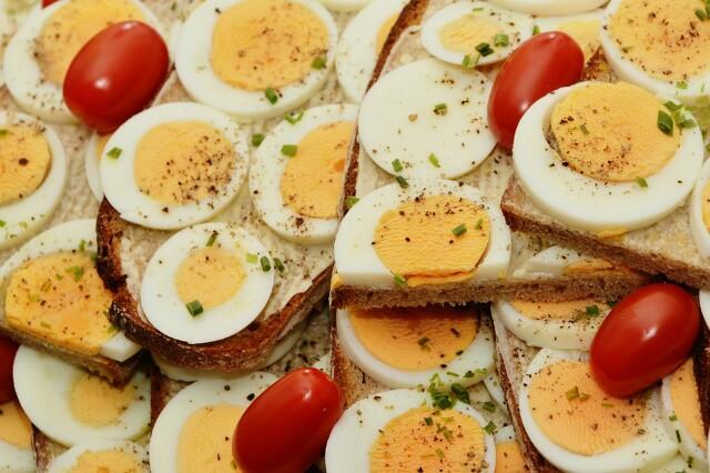 Aumente a sua ingestão de proteínas - Alimentos ricos em proteínas ajudam a controlar o apetite e produzem reduções significativas no peso e na massa gorda.