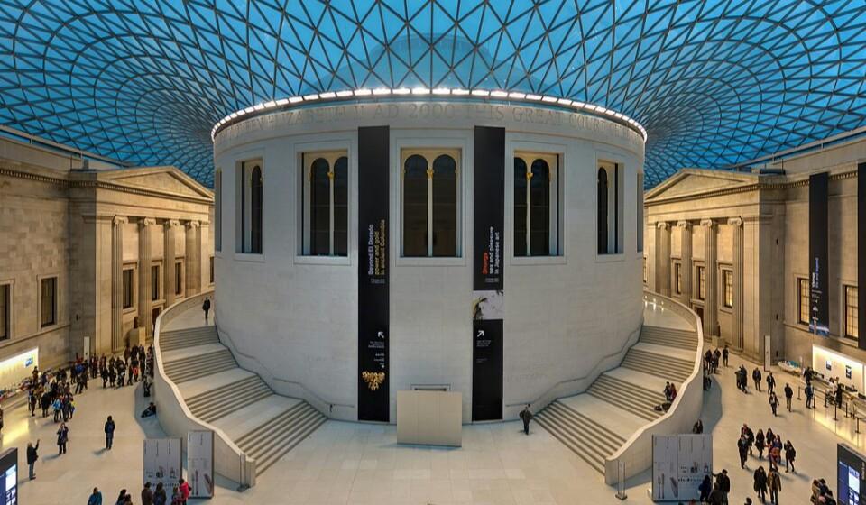 Museu Britânico, Londres, Inglaterra - O nome até pode ser Museu Britânico, mas a realidade é que este é um museu do mundo para todas as pessoas do mundo. Aqui poderá ver cerca de dois milhões de história da humanidade e da sua cultura. Alguns dos objetos mais importantes que aqui pode encontrar são: A Pedra de Rosetta, esculturas vindas diretamente do Parthenon ou antigas múmias egípcias. (Foto: Wikimedia).