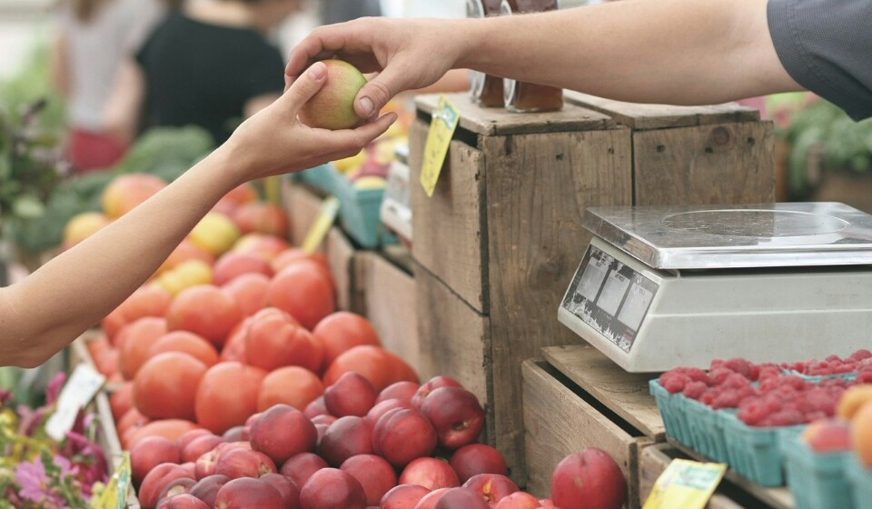 Compre fruta e legumes a granel - Prefira a fruta a granel aquela que já vem embalada. Isto porque na fruta a granel pode comprar as peças de fruta que quiser e o saco onde vai poder colocar esta fruta, pois vai ter sempre de a pôr num saco, pode ser aproveitado para colocar outro género de fruta que compre ou reaproveitar para uma outra compra que faça.