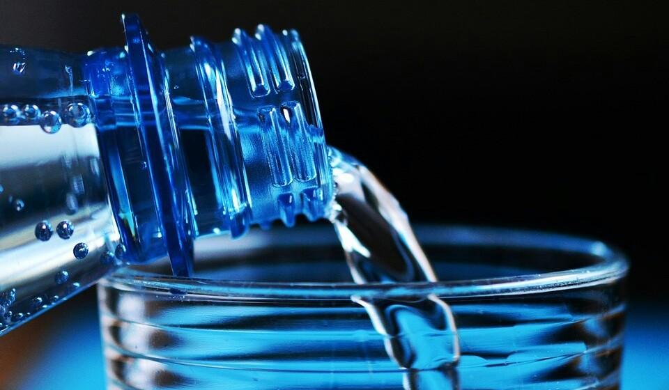 Esteja sempre hidratada - Beber água é uma das formas mais simples de controlar os seus desejos de comer mais. Isto acontece porque, segundo alguns estudos, a ingestão de água está relacionada a um menor consumo de calorias e como tal menos fome.