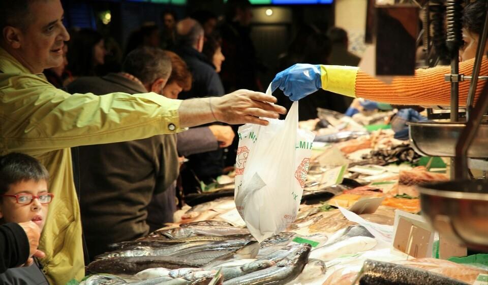 Compre peixe e carne no balcão - Mais ou menos como na fruta, opte por ir até aos balcões para comprar o seu peixe e a sua carne. Nos frigoríficos estes dois artigos costumam estar embalados enquanto se você comprar nos balcões, a carne e o peixe vão ser arranjados mesmo à sua frente e são sempre alguns plásticos que poupa (não todos ainda).