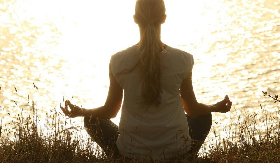 Pratique ioga - Os exercícios de respiração usados no ioga ajudam a reduzir os seus níveis de stress e ajudam-na a relaxar. Como tal, a prática de ioga vai reduzir o risco de comer em excesso por estar stressada ou deprimida.