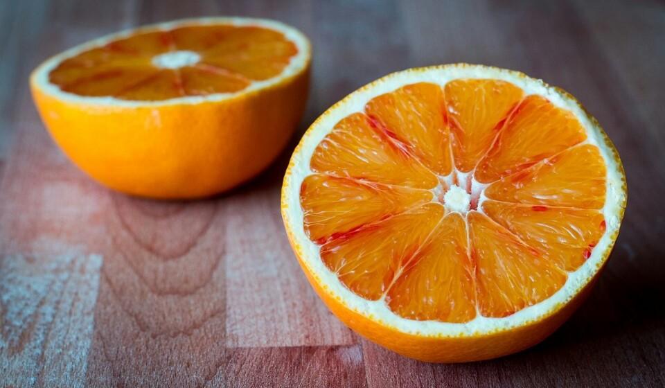 Laranjas - A laranja é uma das frutas mais populares do mundo, mas contém cerca de 11.8% de hidratos de carbono. As laranjas são ricas em vitamina C, potássio e algumas vitaminas do complexo B. As laranjas podem melhorar a saúde do seu coração, ajudar a prevenir pedras nos rins e reduz o risco de anemia.
