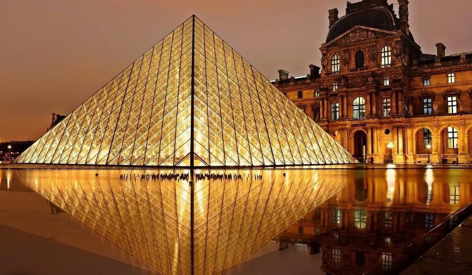 Museu do Louvre, Paris, França - Este é um dos museu mais conhecidos do mundo. O Louvre apresenta coleções para todos os gostos e idades. Numa ida até Paris não pode deixar de visitar o Louvre e a sua joia da coroa, a Mona Lisa, de Leonardo Da Vinci. (Foto: Pixabay).
