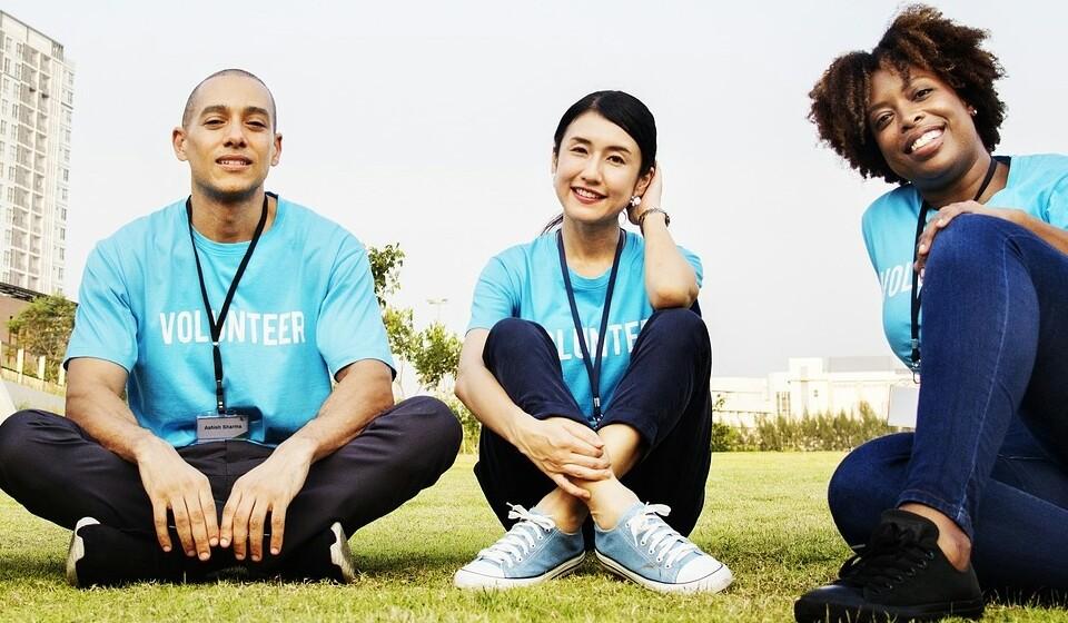 Faça voluntariado: Ao fazer voluntariado vai ver que existem pessoas que estão numa situação bem pior do que a sua. Não se deixe consumir pelos seus problemas. Para além disto, vai ver que se vai sentir muito bem ao ajudar os outros.