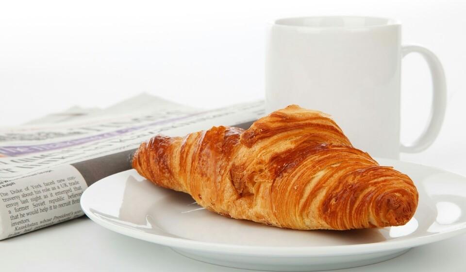 Tome o pequeno-almoço - Costuma-se dizer que o pequeno-almoço é a principal refeição do dia e é verdade. Isto porque um bom pequeno-almoço dá lhe mais energia para enfrentar os desafios que lhe serão colocados durante o dia e vai reduzir a probabilidade de comer em excesso.