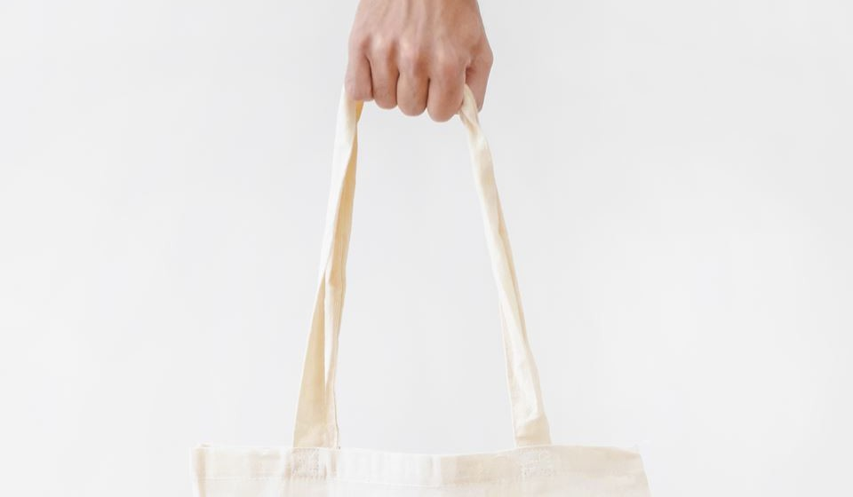 Sacos reutilizáveis - Esta já é uma dica usada por muitos e a verdade é que os sacos de pano e reutilizáveis são uma boa dica para 'combater' o uso dos sacos de plástico. Os sacos de pano podem ser usados inúmeras vezes e são mais leves e resistentes, para além de poderem ir a lavar. Facilmente consegue colocar um saco de pano na mala ou dentro do bolso das suas calças, o que faz com que seja de fácil transporte.