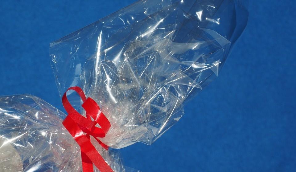 Rejeite os plásticos – Muitas vezes são os próprios empregados, pelas regras impostas, que colocam plásticos em tudo e mais alguma coisa. Adicionam peliculas, separam por embalagens que poderiam ir juntos, etc.. Quando se aperceber destas situações e se for indiferente para a qualidade do produto diga mesmo que não necessita de tanta embalagem.