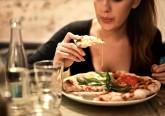 Em média, tomamos 200 decisões relacionadas com a alimentação por dia. No entanto, apenas estamos cientes de uma pequena fração das mesmas. Por isso, aja antecipadamente para não ingerir calorias extra sem pensar. Há vários truques. Ora leia.