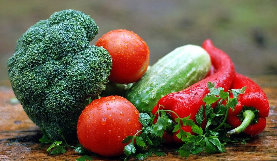 Tenha cuidado com a alimentação e a hidratação.  A alimentação influi no desempenho e na forma como nos sentimos. Não se esqueça de ter uma alimentação equilibrada e ingerir líquidos com frequência.