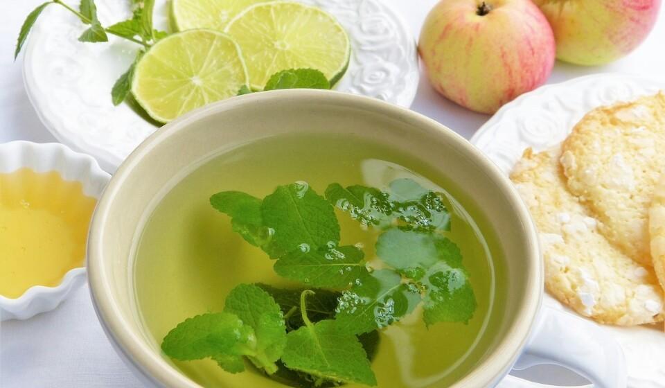 Fácil de adicionar à sua dieta - Este chá pode ser facilmente adicionado à sua dieta a pode comprá-lo em sacos de chá ou mesmo cultivar a hortelã. Fonte: Authority Nutrition