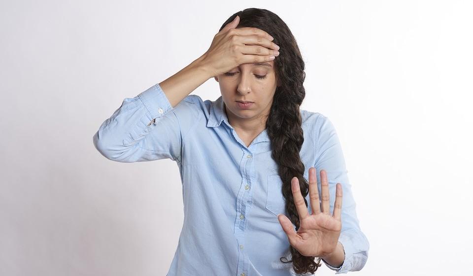Dores de cabeça e enxaquecas - A hortelã-pimenta tem efeitos relaxantes, a nível muscular, e funciona como analgésico para combater as dores de cabeça. Embora o aroma do chá de hortelã-pimenta possa ajudar a relaxar os músculos e melhorar a dor de cabeça, não há evidências científicas que confirmem esse efeito. No entanto, a aplicação de óleo de hortelã-pimenta nas têmporas pode ajudar.