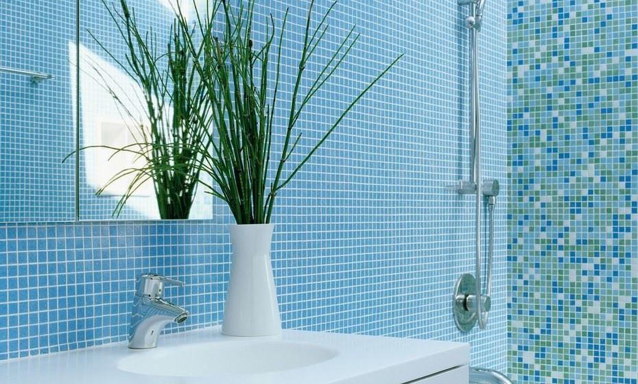 Instale um ventilador na casa de banho, que deve estar ligado sempre que toma um duche para evitar que o bolor se instale com a humidade. Tente ainda deixar a porta aberta enquanto a água corre e, se não for possível, deixe-a-aberta no final. Se tiver janela na casa de banho, deixe-a aberta durante uma parte do dia, em particular quando o sol incide.