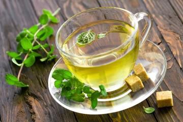 Para além de saber bem, o chá de menta tem inúmeros benefícios para a saúde. A hortelã-pimenta contém vários óleos essenciais, como é o caso da mentona e do limoneno, que lhe confere um aroma e uma frescura inconfundíveis. Conheça de seguida 12 benefícios deste chá para a saúde.