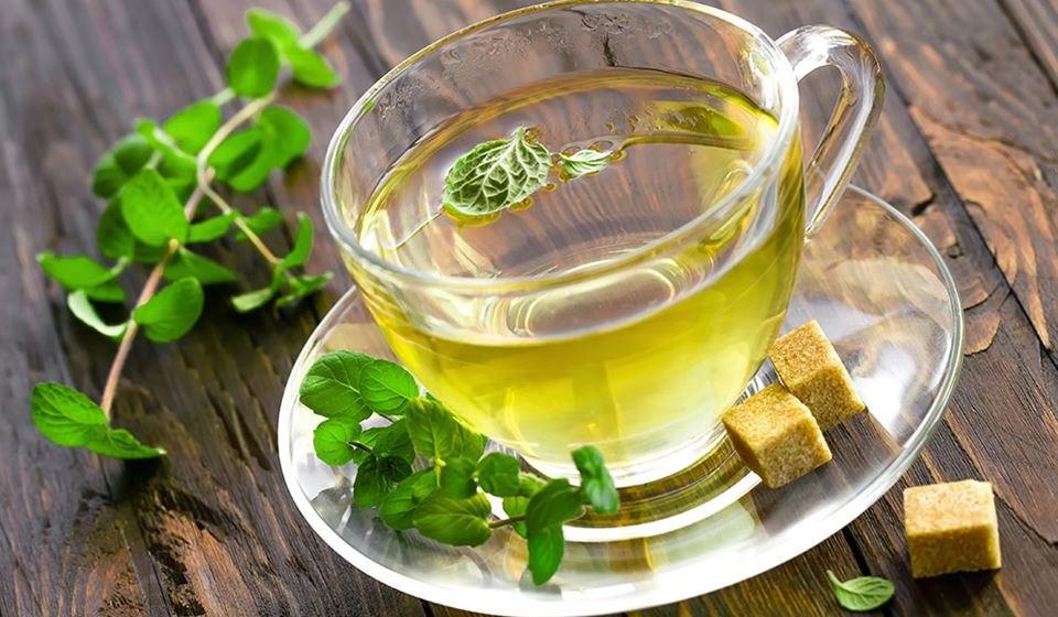 Para além de saber bem, o chá de menta tem inúmeros benefícios para a saúde. A hortelã-pimenta contém vários óleos essenciais, como é o caso da mentona e do limoneno, que lhe conferem um aroma e uma frescura inconfundíveis. Conheça de seguida 12 benefícios deste chá para a saúde.