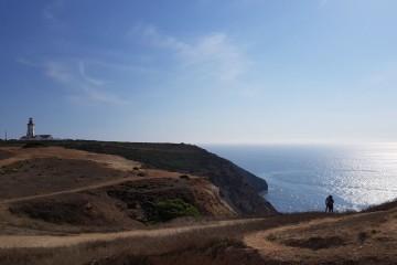 Com mais de 500 kms de costa, Portugal oferece inúmeras paisagens inesquecíveis, particularmente os cabos que permitem uma vista de longo alcance sobre o mar, a partir do qual fomos à descoberta de novos mundos. Aqui, é possível descansar e admirar estas paisagens belíssimas. Selecionámos doze destes 'miradouros naturais'.