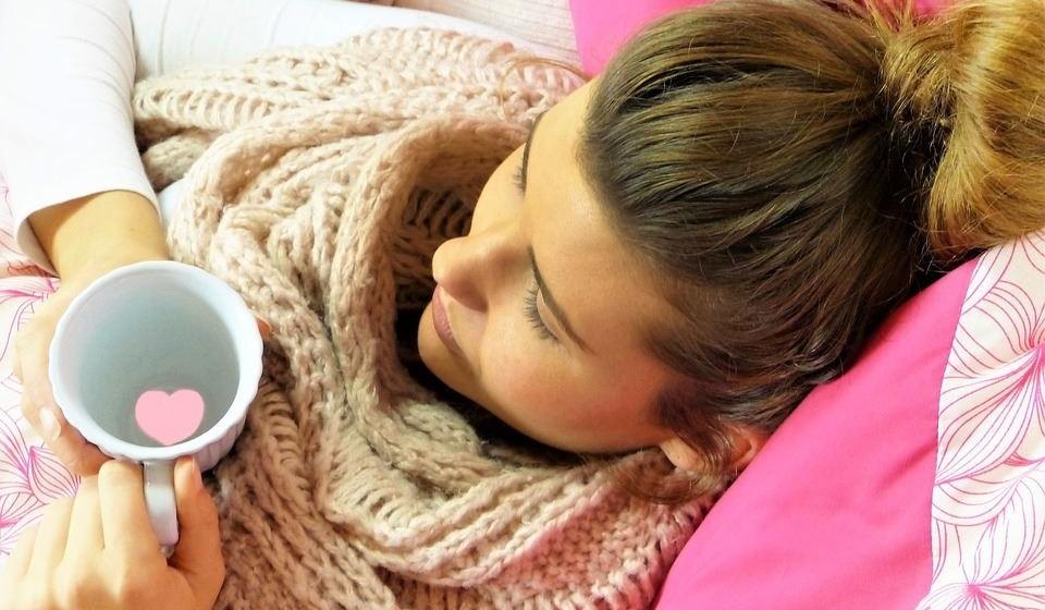 Ajuda a combater a gripe - Devido às propriedades antibacterianas, antivirais e anti-inflamatórias da hortelã-pimenta, esta é boa para ajudar as vias respiratórias que estão entupidas devido a uma gripe, constipação ou alergia.
