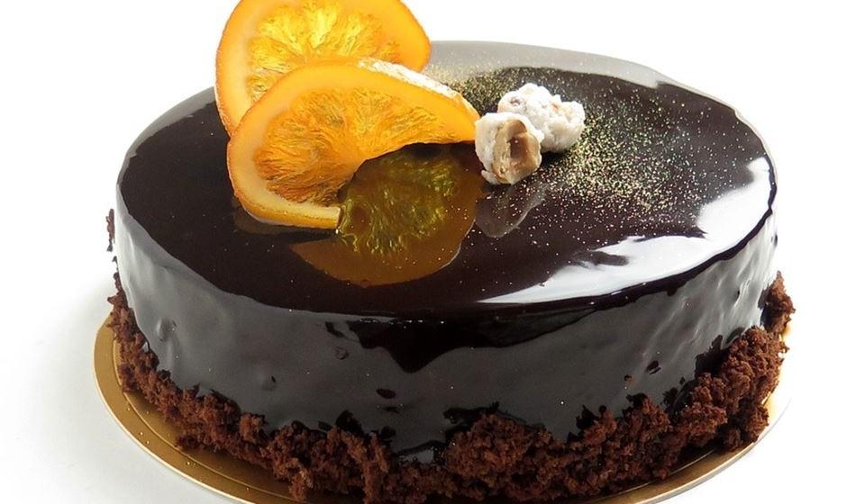 Bolo de chocolate - Todos nós gostamos de uma fatia de bolo de chocolate. Este bolo, em 100 gramas, tem 469 calorias. Por mais delicioso que seja, e se quiser manter a linha, fuja desta escolha.