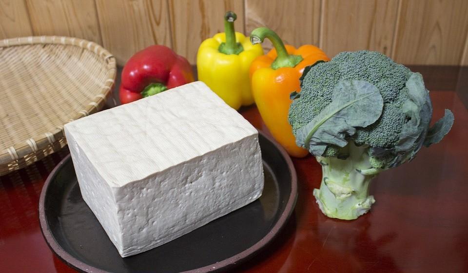 Noodles de tofu - Esta é uma variação dos noodles de Shirataki. Os noodles de tofu são feitos com uma mistura de fibra de tofu e glucomanana e fornecem algumas calorias e hidratos de carbono adicionais.
