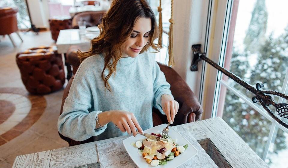 Sim, a alimentação pode dar-lhe uma ajuda a travar os sinais do envelhecimento. Os alimentos que se seguem estão recheados com alguns dos melhores nutrientes que há para combater as rugas. Por isso, não se esqueça de os ingerir adequadamente todas as semanas e faça a sua prevenção antirrugas por dentro.